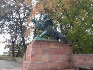 Solche Skulpturen gibt es überall in Darmstadt. Zumteil auch in der Uni