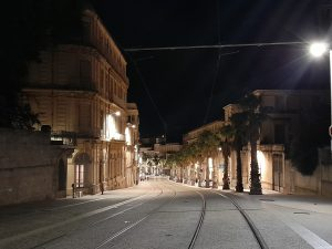 Voies de tram de nuit à Montpellier